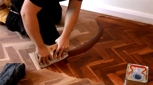 How to fill a wooden floor